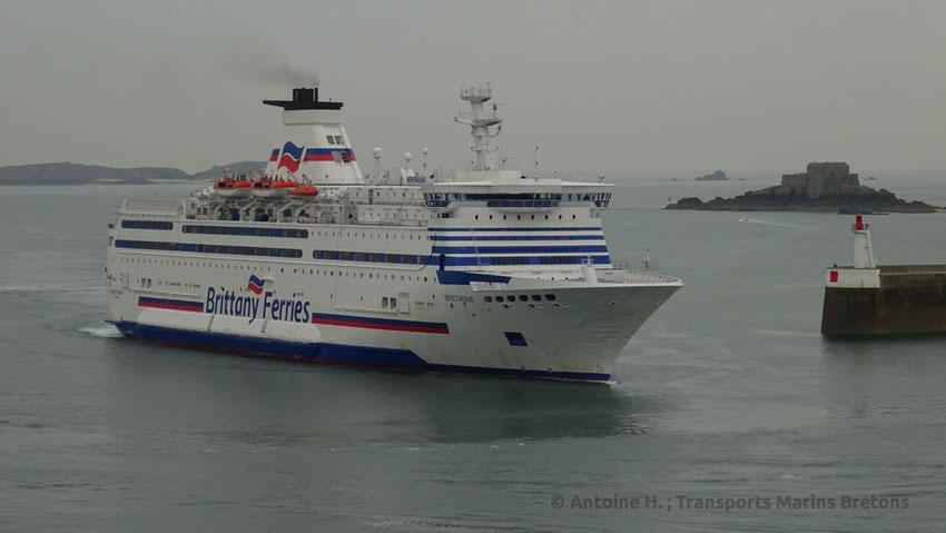 Le M/V Bretagne entrant dans le port de Saint-Malo en provenance de Portsmouth.