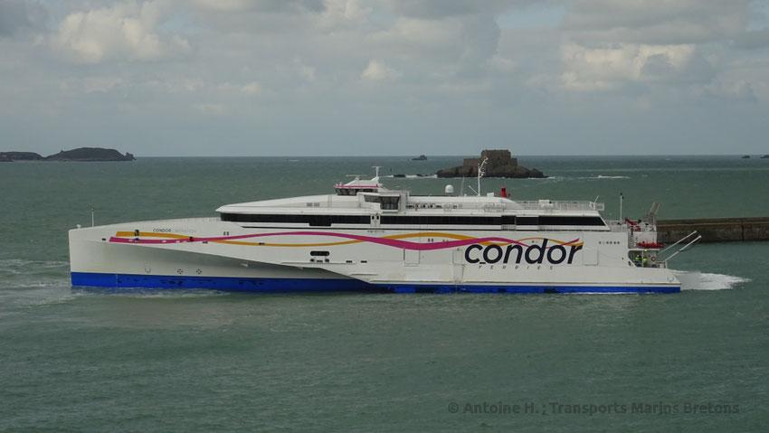 Le HSC Condor Liberation, navire amiral de Condor Ferries entrant dans le port de Saint-Malo.