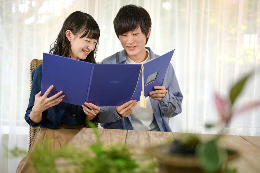 ご結婚の決まったご家族・ご友人におしゃれな「オリジナルケース付デザイン婚姻届けセット-tsumugu」をプレゼントしてみませんか?
