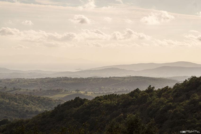 Blick über endlose Hügellandschaften