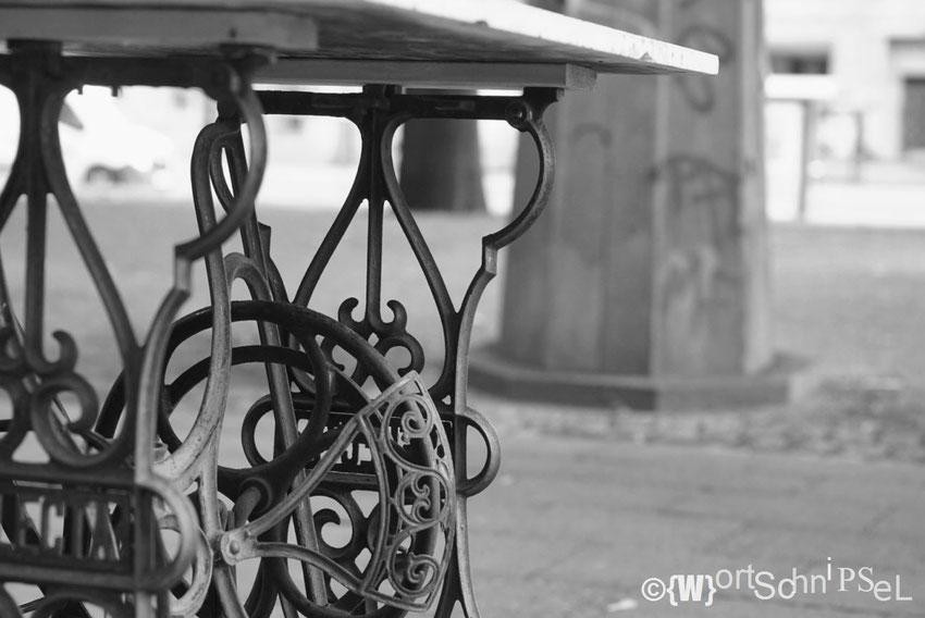diese Nähmaschine mit Tischfunktion ist Teil einer feinen Weinhandlung, die im ehemaligen Briefmarkenladen ansässig ist