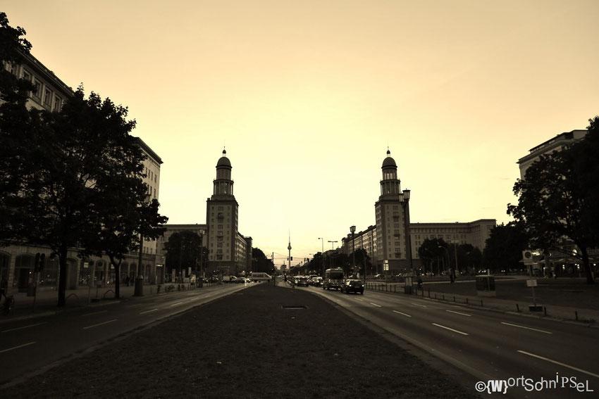 die Türme am Frankfurter Tor zeigen sich besonders zum Sonnenuntergang von ihrer romantischen Seite
