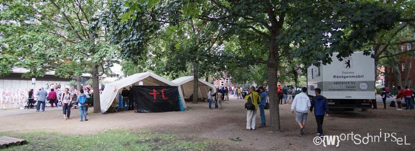 zwei Zelte für mehrere hunderte Flüchtlinge...