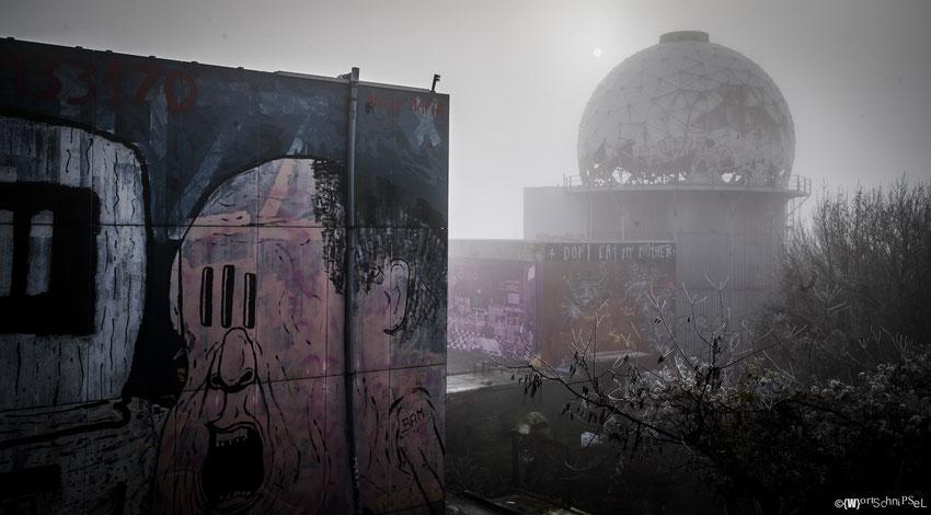 eine der Kuppeln im dichten Nebel