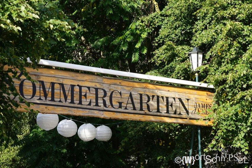 im Sommer lässt es sich im James June herrlich bei Bierchen und Burger sitzen und entspannen; wilde 90ziger Parties finden hier auch statt!