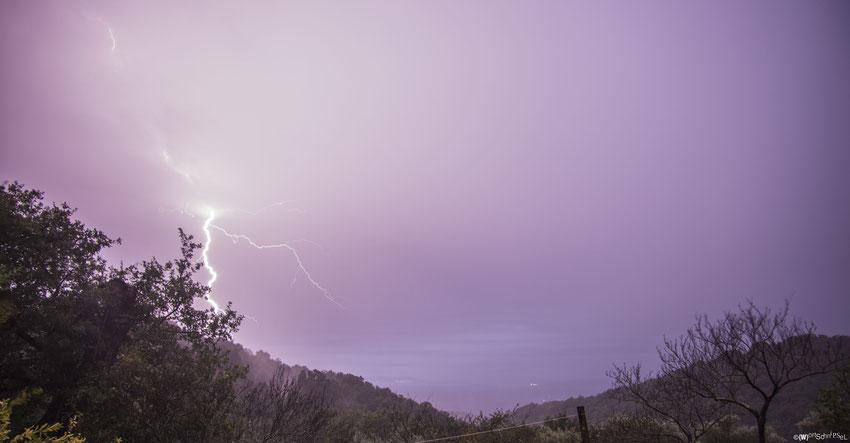 Wolkenbrüche und Blitze in einer lauen Herbstnacht