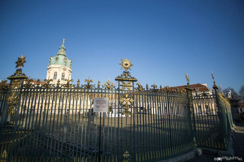 ein kunstvoll gestalteter Zaun schützt vor ungebetenen Gästen und sieht zu dem auch schick aus