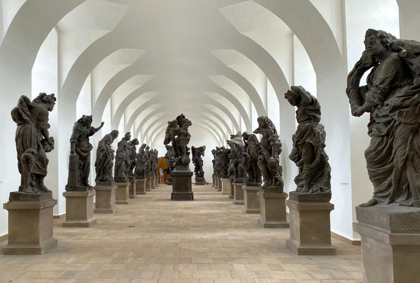 Kuksą puošiančių skulptūrų originalai dabar saugomi patalpoje
