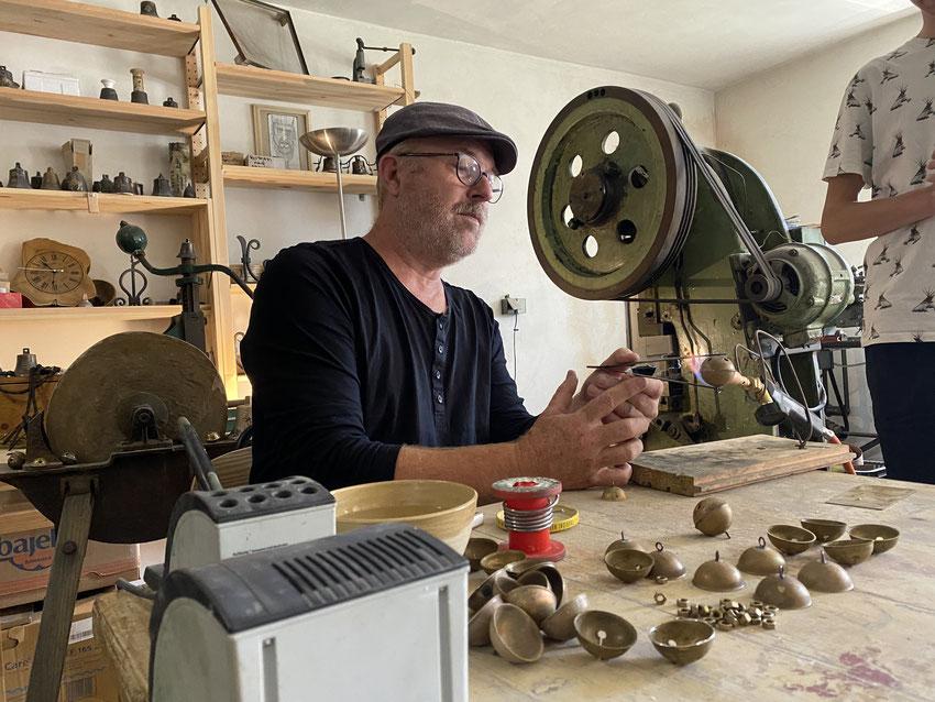 Janas Šeda moko pagaminti varpelį