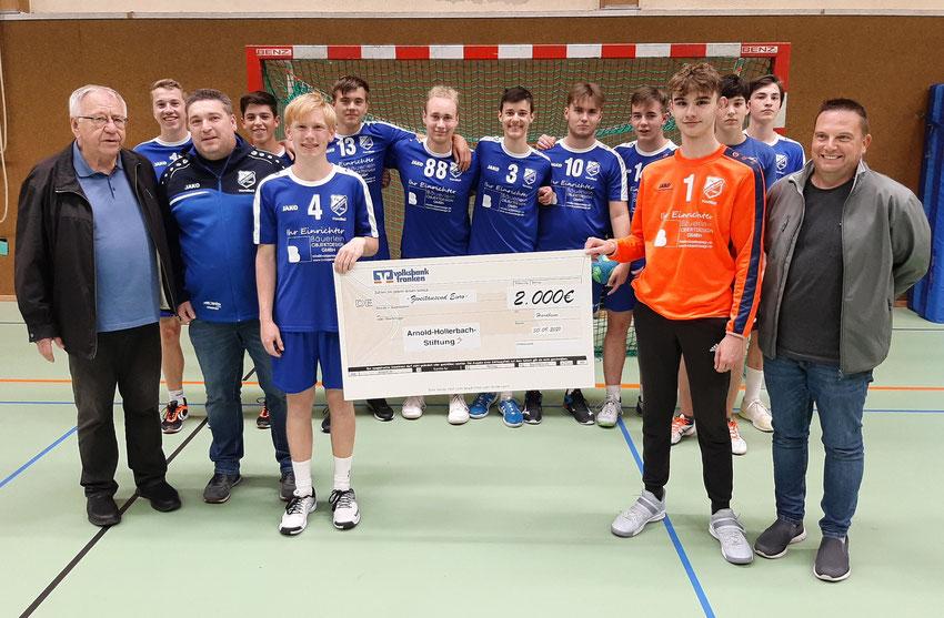 Eine Spende der Arnold-Hollerbach-Stiftung in Höhe von 2000 Euro überreichte Hans Sieber an die Hardheimer Handballer. Damit werden Auswärtsfahrten der Jugendmannschaften finanziert.
