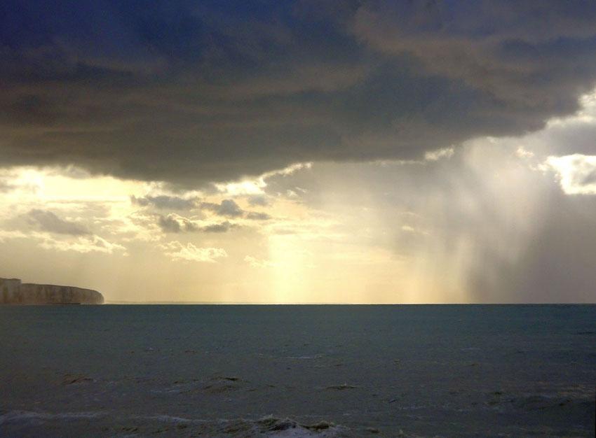 Soleil et pluie sur la mer