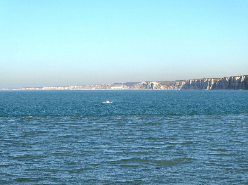 Belleville-sur-Mer, Berneval, St Martin-en-Campagne, Penly et les cheminées de la centrale. Plus loin :  Criel-sur-Mer