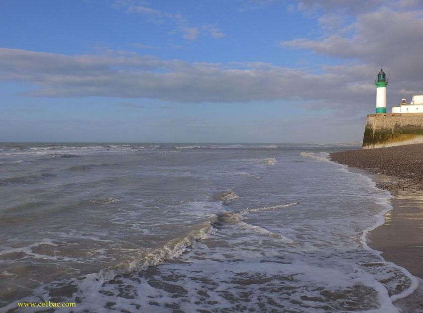 Le phare du Tréport, vu de la plage