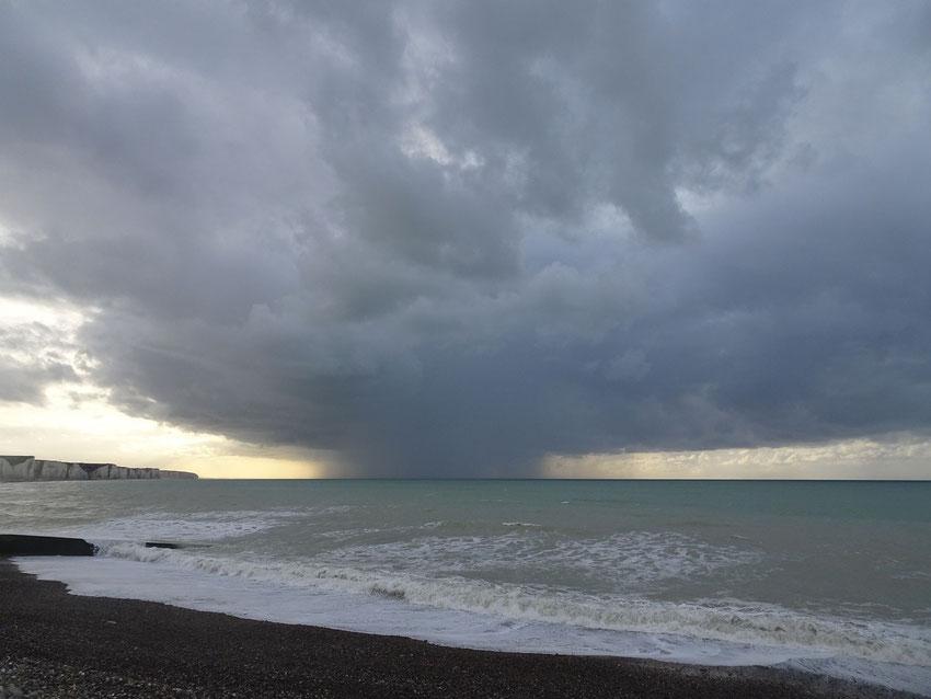 La pluie sur la mer