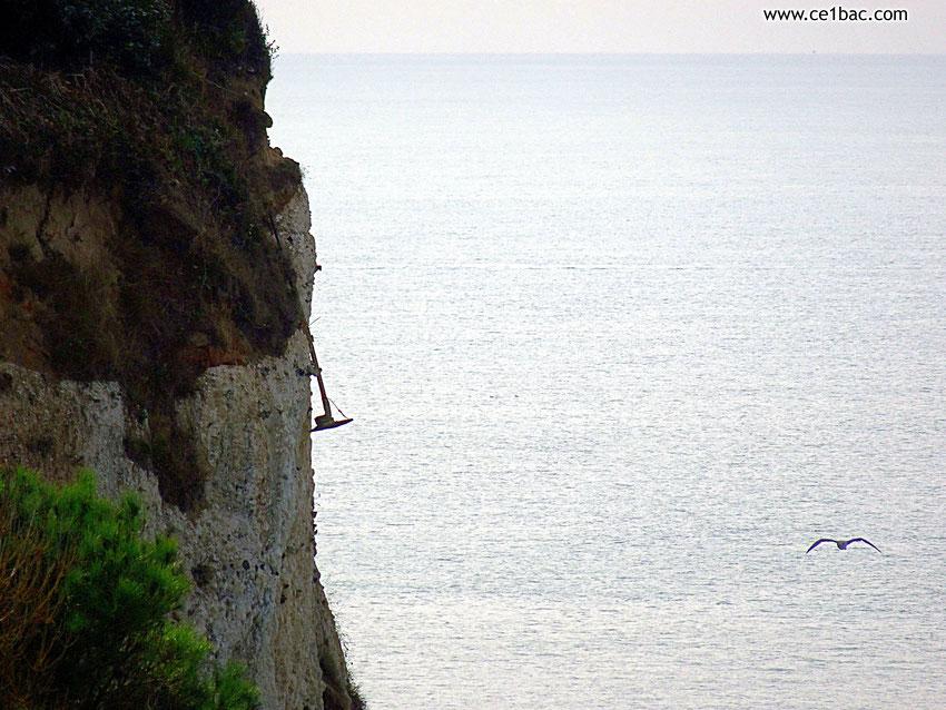 Un réverbère sur le point de tomber de la falaise