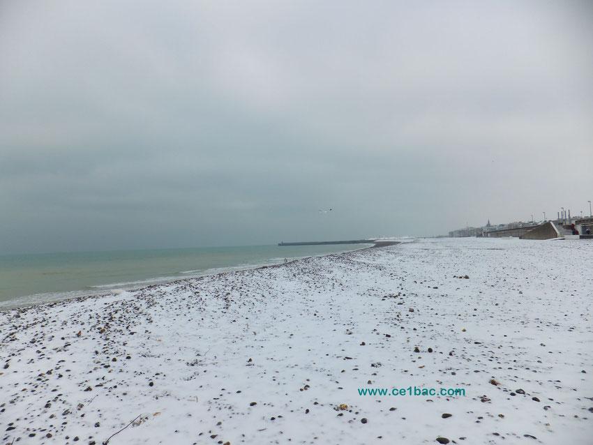 La plage de Dieppe sous la neige