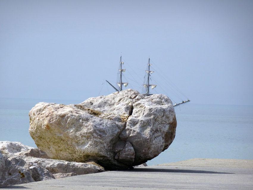 Voilier caché par un rocher au Tréport