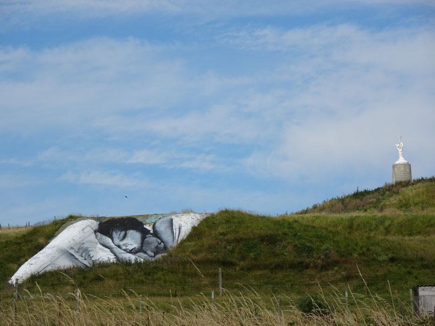 Blockhaus peint sur la falaise à Mers