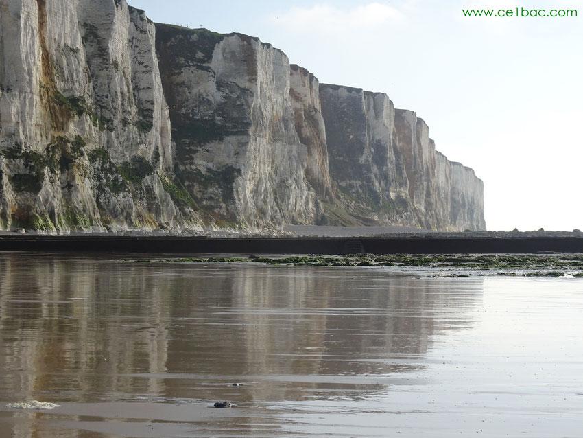 Reflet de la falaise sur le sable