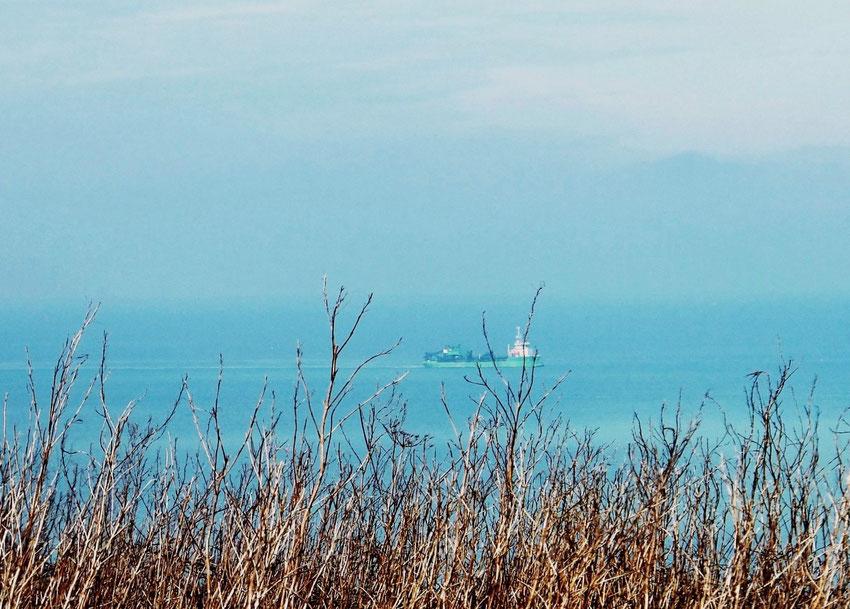 Navire au large de Bracquemont sur la Manche