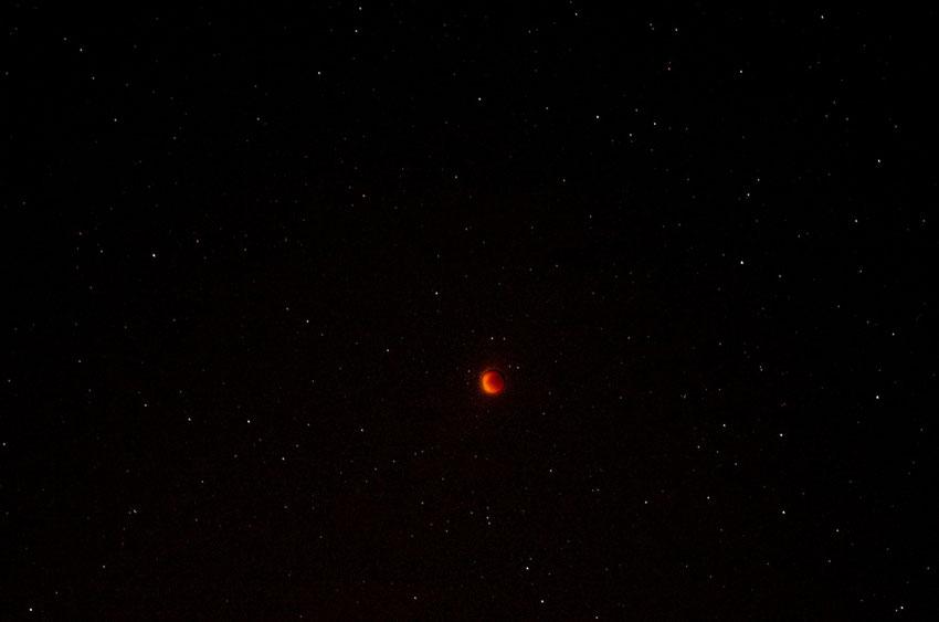 Eclipse de lune prise par Jean Yves - composition de 2 images.