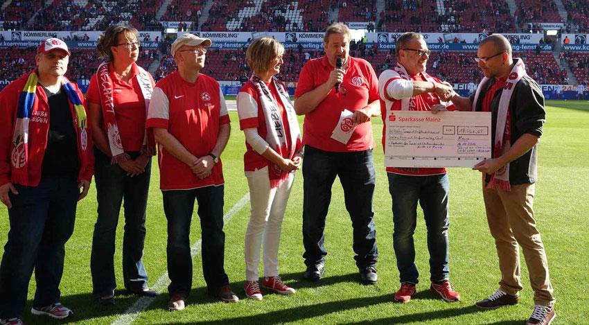 von links: Martin Veser, Andrea Lentz, Felix Pothmann, Andrea Grimme, Stadionsprecher Klaus Hafner, Werner Homberger, Kai Leimig