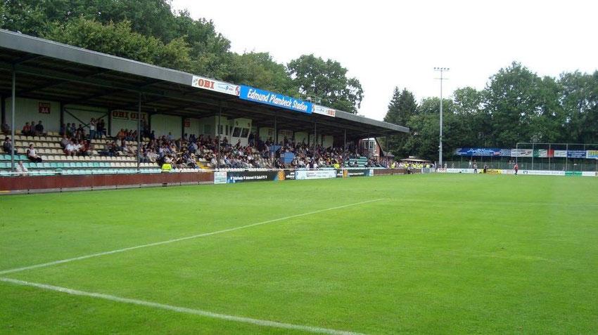 Haupttribüne des Edmund-Plambeck-Stadions