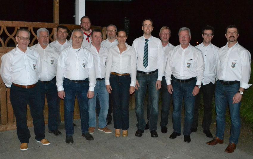 BU: Die alte / neue Vorstandschaft der Quakenzunft Ehingen rund um den neugewählten ersten Vorsitzenden Stefan Heiser (5. von rechts), der dieses Amt von Armin Oexle (rechts) übernommen hat. Auf dem Foto fehlt Toni Braun.  Bild: E. Häufle