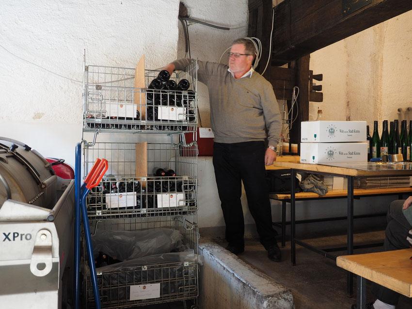 Verpackung der fertig adjustierten Flaschen einer Kundenbestellung