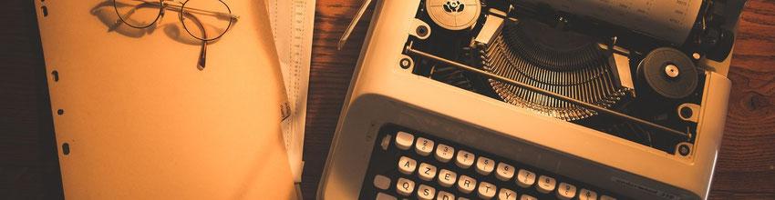 image unsplash machine à écrire feuille et lunettes blog marie fananas écrivain