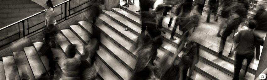 image blog marie fananas écrivain article novembre 2015 mois des dédicaces foule anonyme dans des escaliers source unsplash