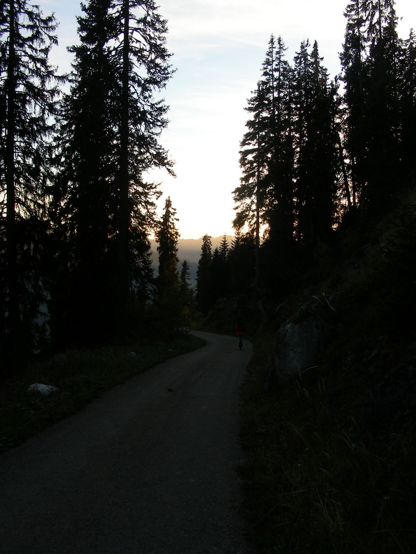 Dämmerung über dem Weg von der Vorderstockenalp nach Erlenbach