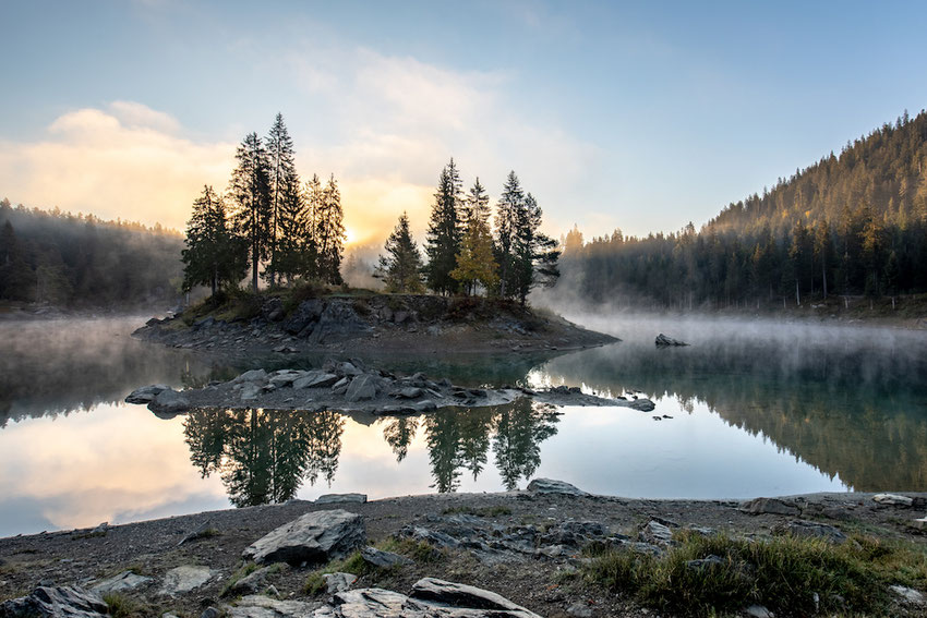 Caumasee Insel Nebel Flims mystisch