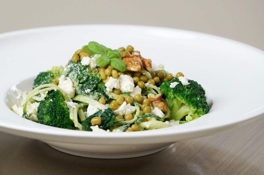 Zwoodeln mit Avocado-Walnuss-Dressing|low carb, vegetarisch & vegan