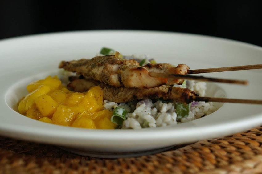 Würzige Hähnchenspieße mit Kokos-Reis und Mangosalsa | clean & schnell zubereitet