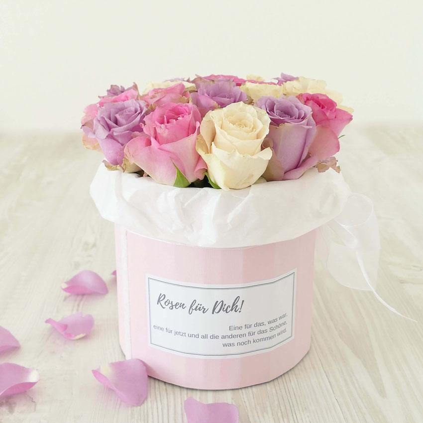 Rosa, lila und weisse Rosen in runder Kartonbox mit Etikette Rosen für Dich