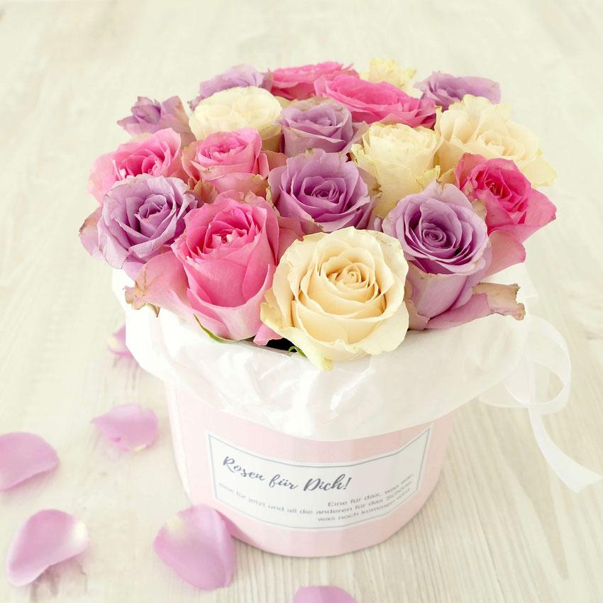 Bunte Rosen in einer rosa Box mit Aufschrift