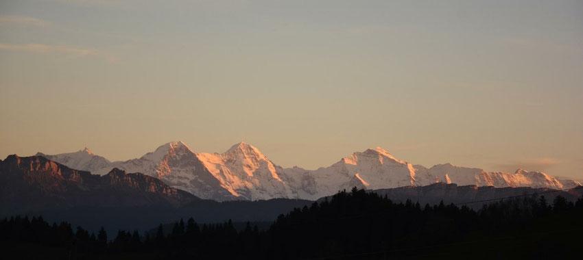 Die magische Eigernordwand. Der Mönch neben der Jungfrau. Dazwischen das Jungfraujoch. Schweizer Alpen.