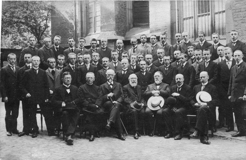 Die Abiturientia von 1915. Ihre Feiern waren angesichts des Krieges beschränkt. Viele der jungen Männer verloren schon bald ihr Leben.