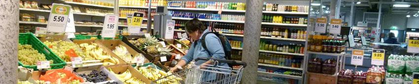 Eine behinderte Frau kauft Früchte ein.