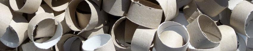 Aus WC-Papierrollen entstehen Anzündhölzerbündel.