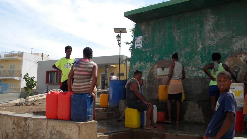 im Fischerdorf Salamansa wird Wasser abgefüllt