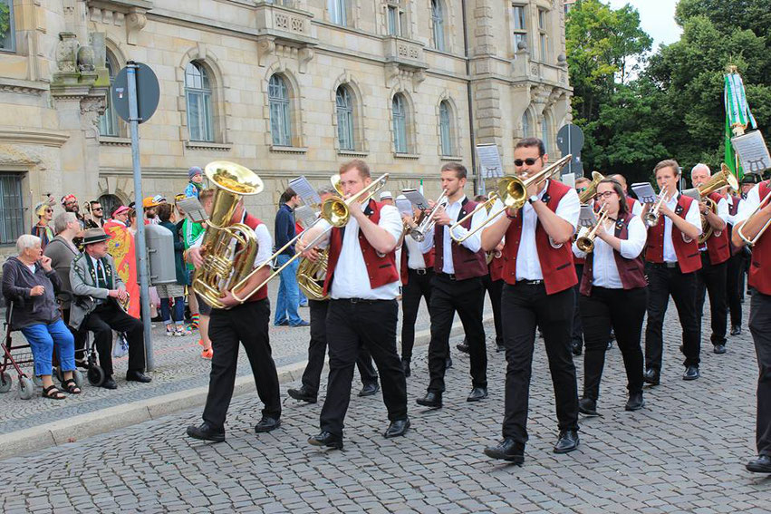 Marschiert mit vorweg: Der Posaunenchor Deinsen wird morgen auf dem größten Schützenausmarsch der Welt in Hannover für die Stadtkönigin Alexandra Lücke musizieren.