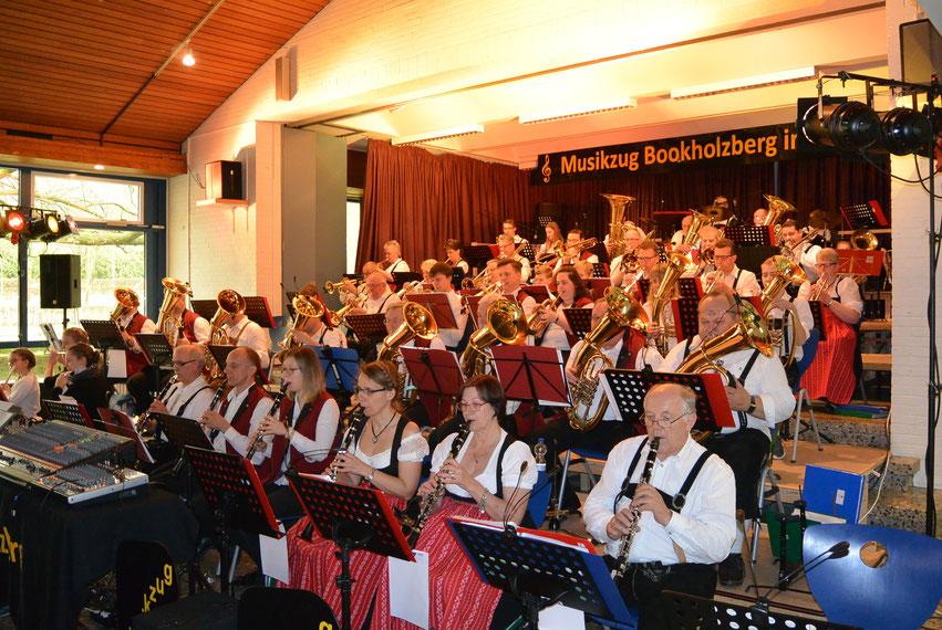 """Der Posauenchor Deinsen und der Musik- und Spielmannszug Bookholzberg intonieren gemeinsam den """"Böhmischen Traum""""."""