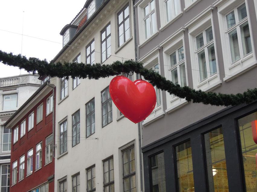 Weihnachten ist (auch) das Fest der Herzen –besonders über der Kopenhagener Einkaufsmeile Strøget. Foto: C. Schumann, 2019