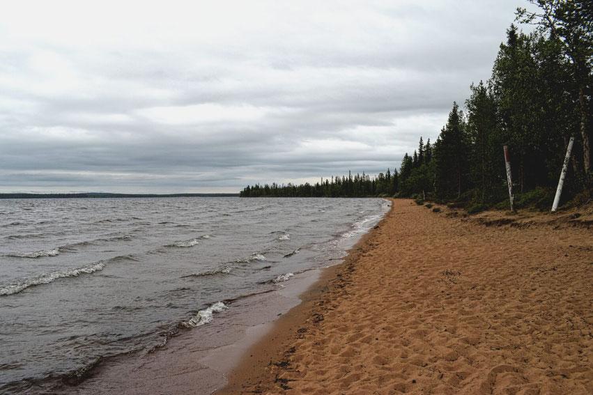 Finnisch Lappland Pallasjärvi roter Strand