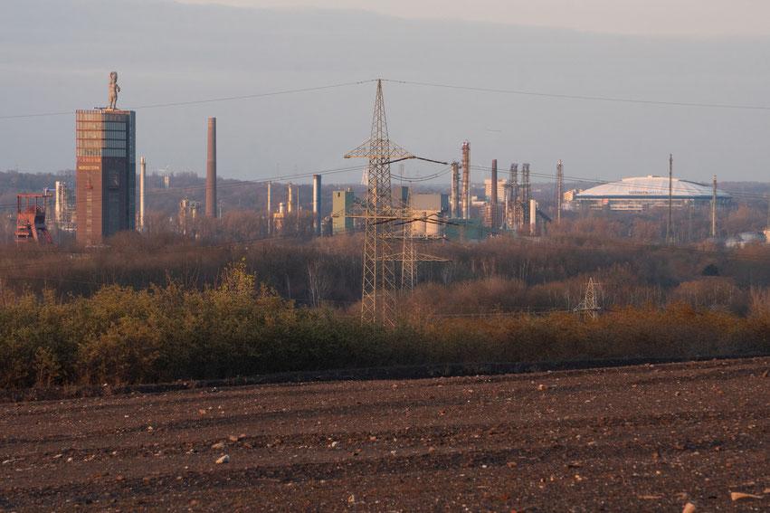 Typisches Ruhrgebietspanorama: Bergbau, Industrie, Energie und Fußball