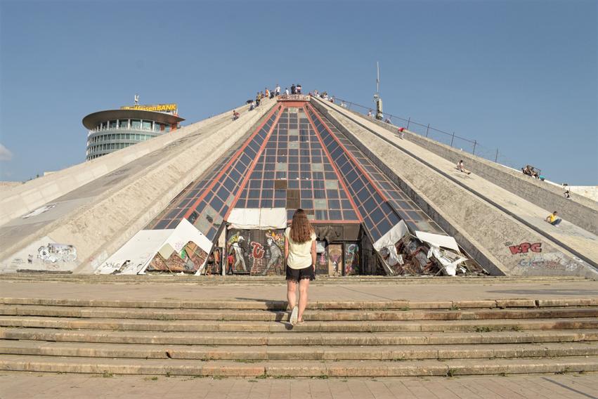 Albanien Tirana Pyramide Sehenswürdigkeit