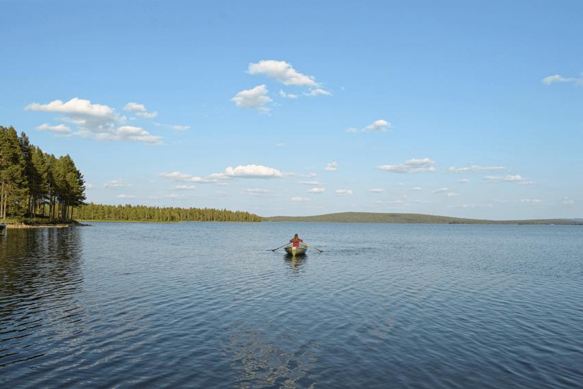 Finnisch Lappland rudern auf dem See