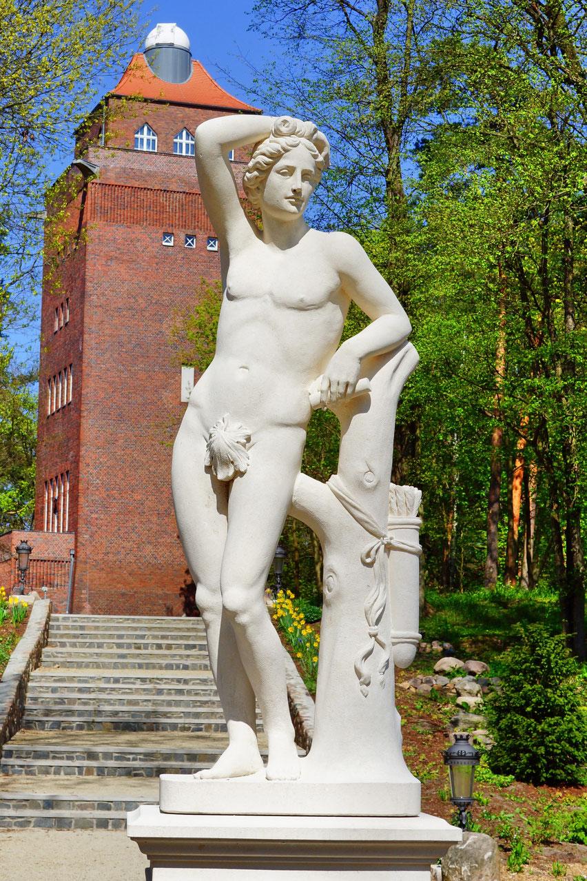 Apoll-Skulptur ziert nach Jahrzehnten wieder den Aufgang zum Beelitzer Wasserturm